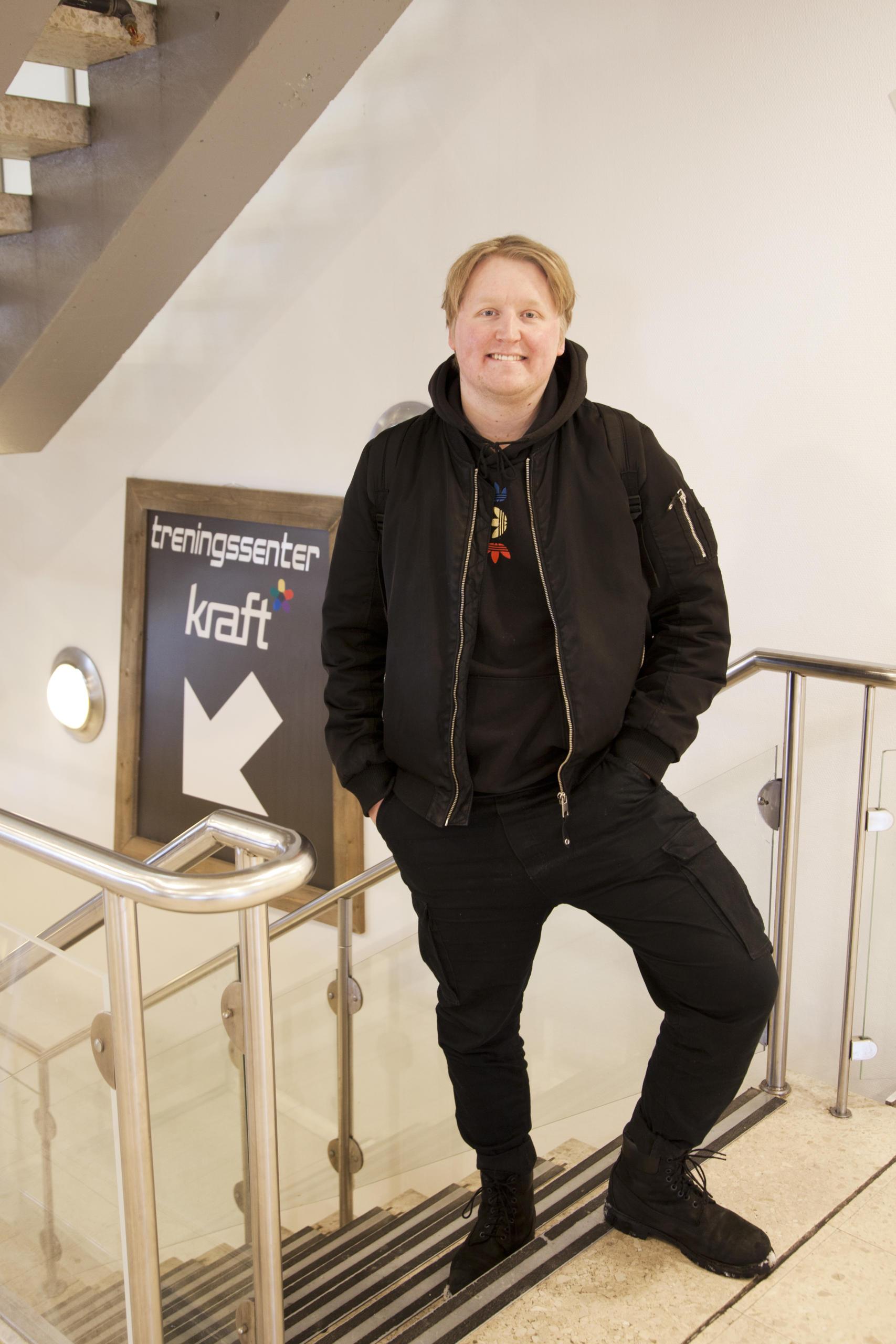 Einar står i trappen ved Kraft treningssenter.