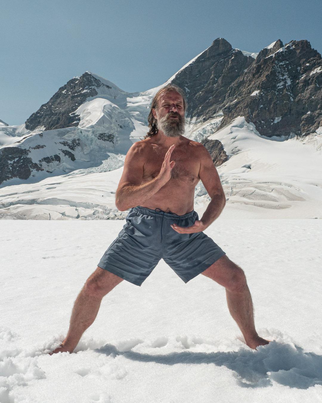 Mann står i snøen.