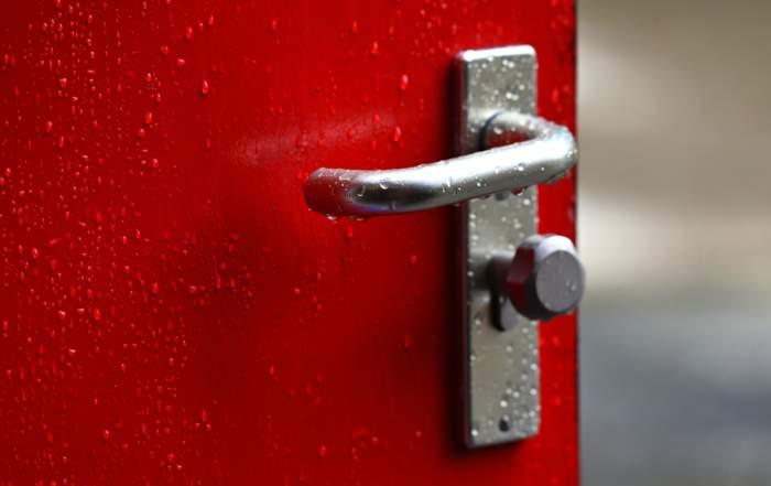 En rød dør med regndråper