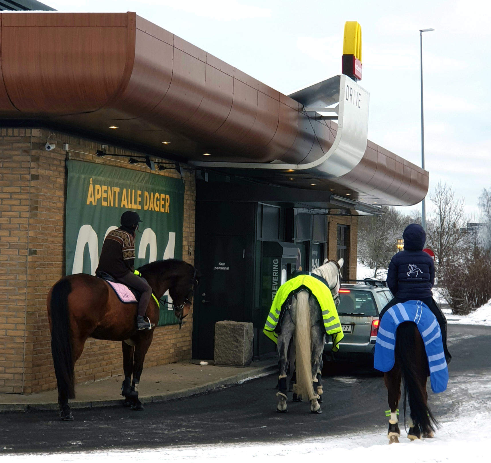 tre hester med sine ryttere utenfor n for McDonalds Vestby