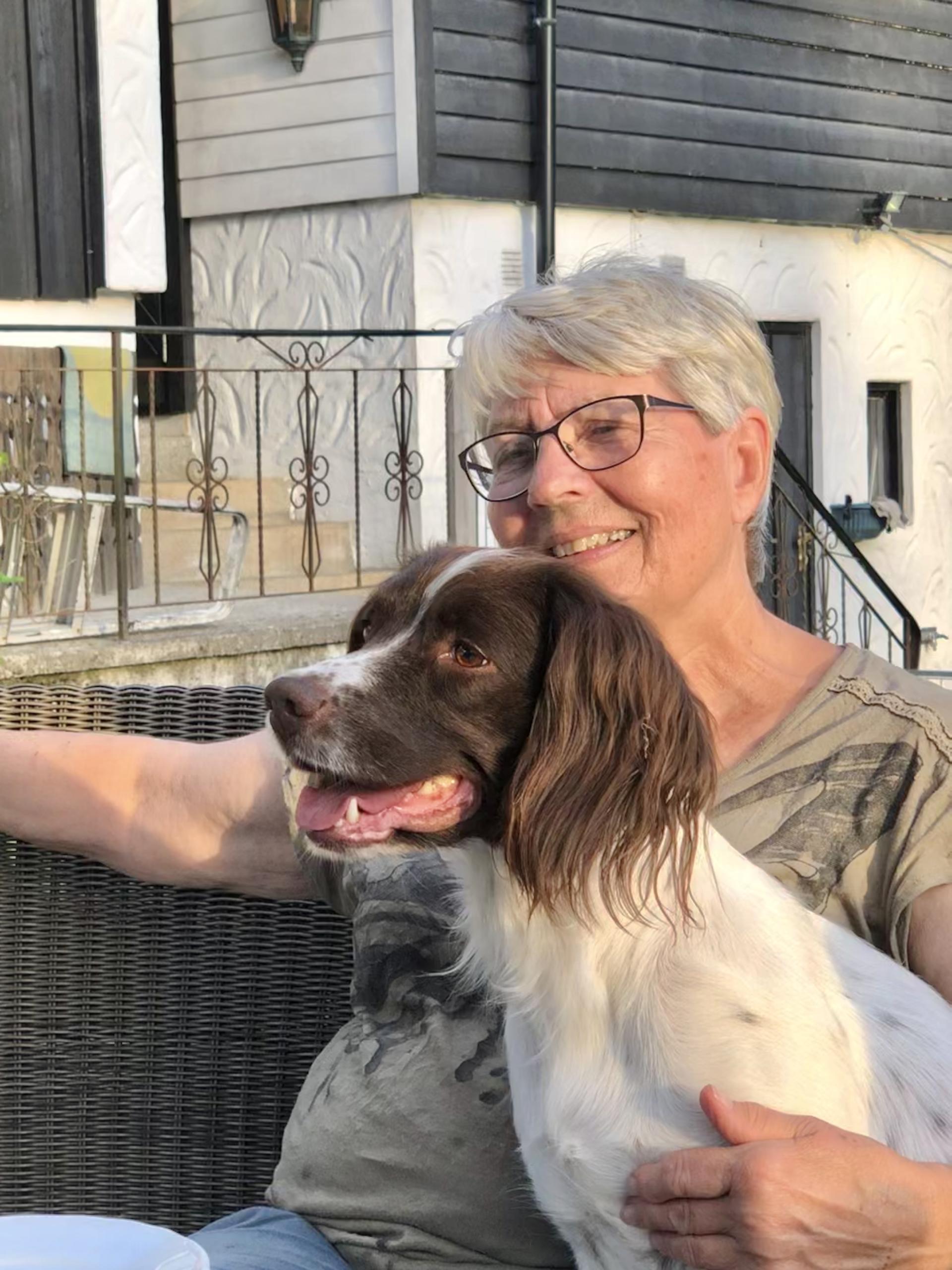 Dame sitter med hund