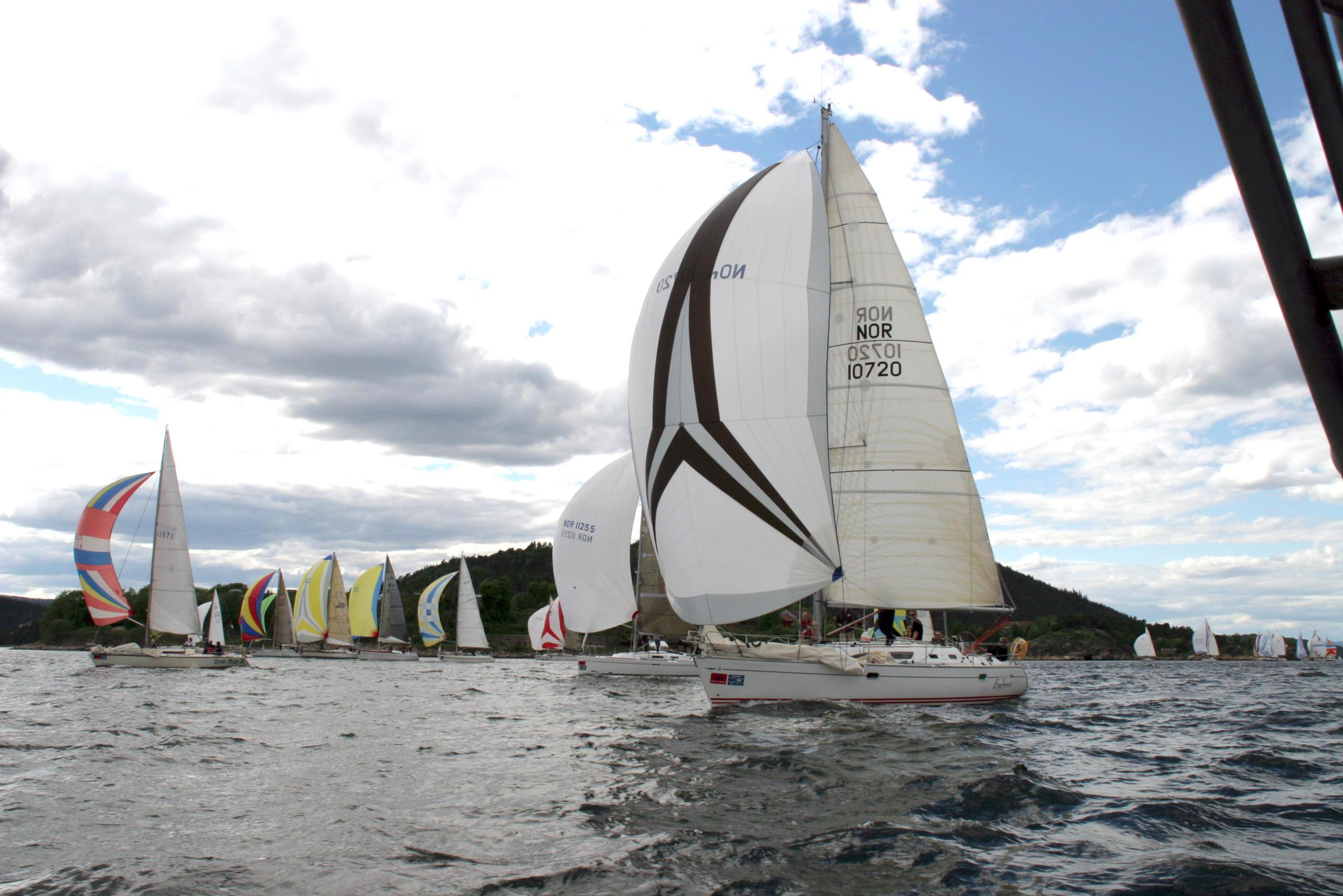 seilbåter med vind i seilene