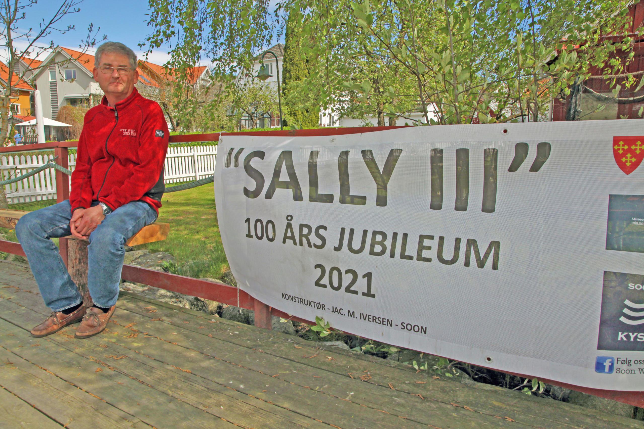 mann ved skilt der det står Sally III