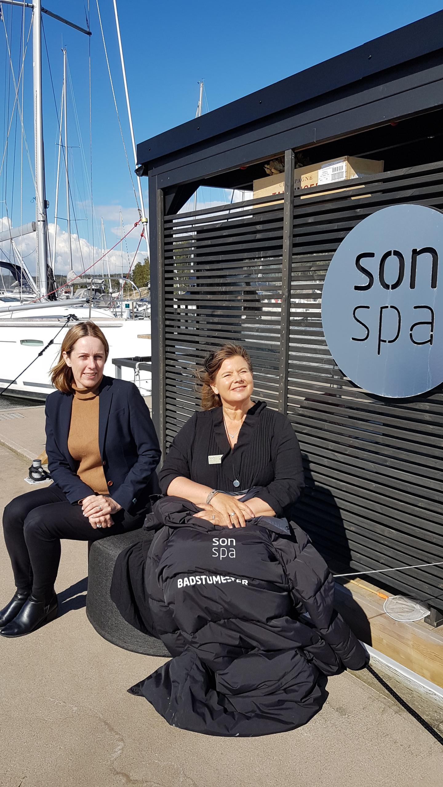 Damer poserer ved Son Spa