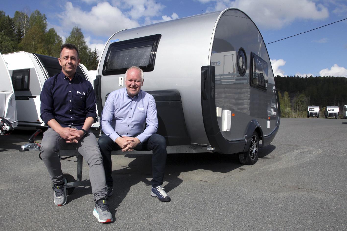 To karer ved cool campingvogn